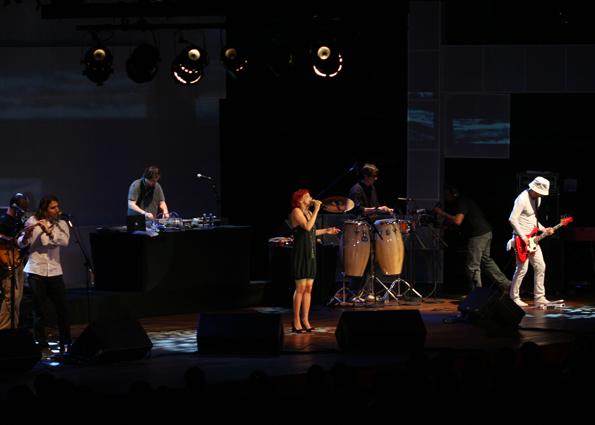 http://www.crisdelanno.com/wp-content/uploads/Cris-com-BossaCucaNova-show.jpg